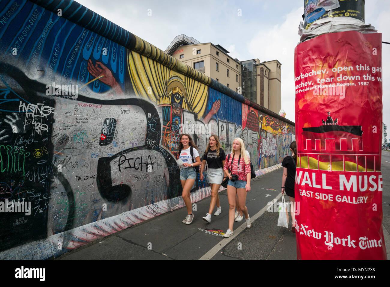 Berlin. L'Allemagne. Les touristes à l'East Side Gallery, Kreuzberg. Photo Stock