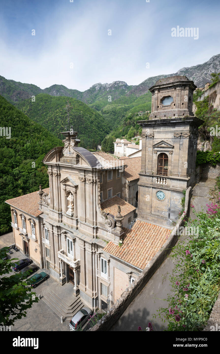 Façade de l'abbaye bénédictine de SS Trinita construite en 1772 par Giovanni Del Gaizo et accueil de moines bénédictins de l'Ordo Cavensis Photo Stock
