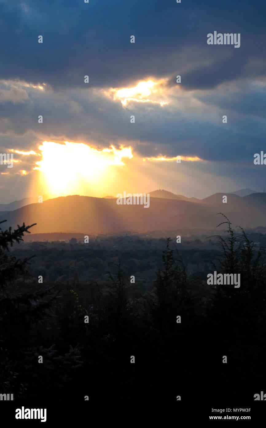 Les rayons du soleil illuminent les montagnes Blue Ridge - Asheville, Caroline du Nord. Photo Stock