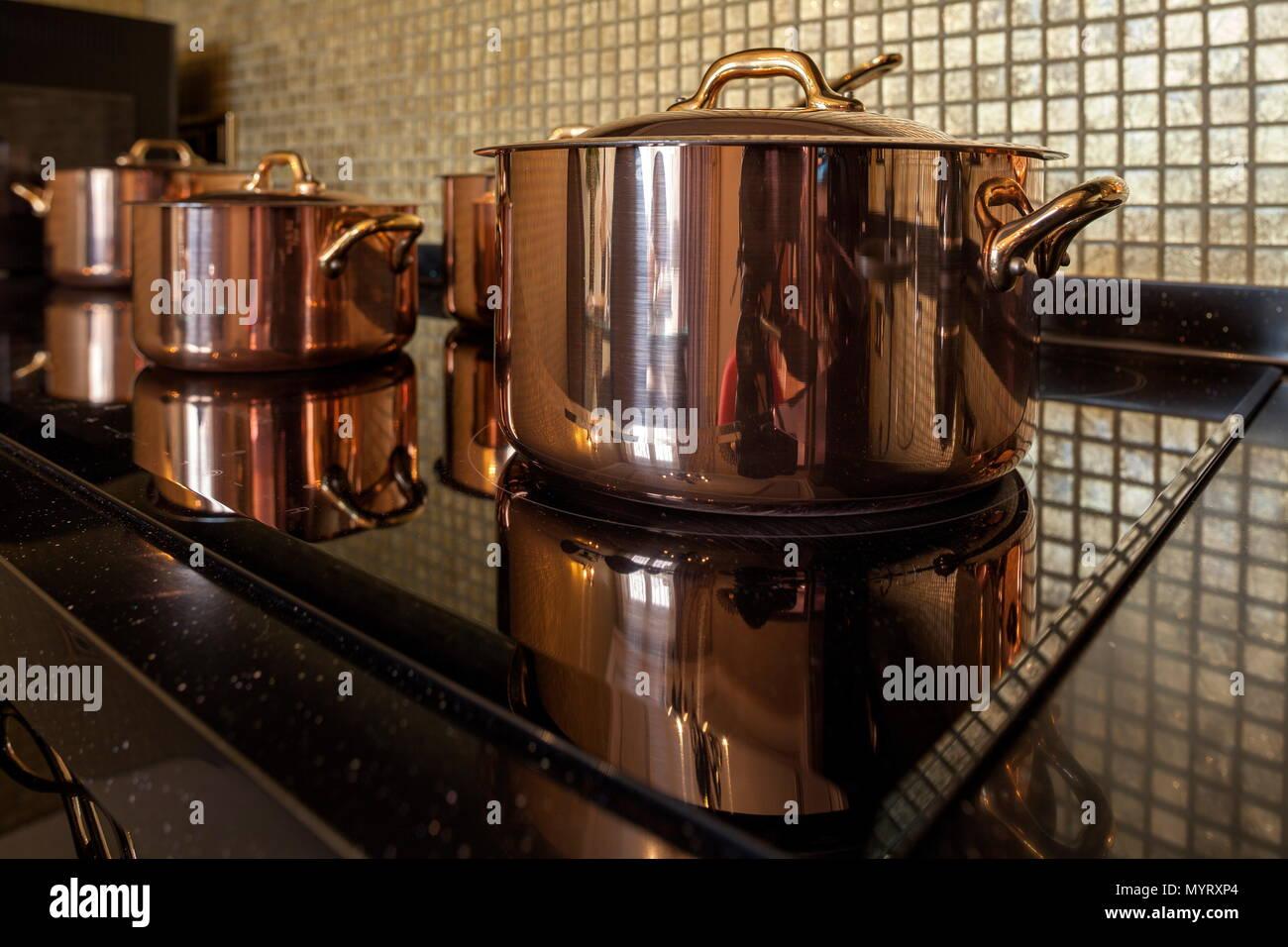 Batterie de cuisine en cuivre sur la cuisinière Photo Stock