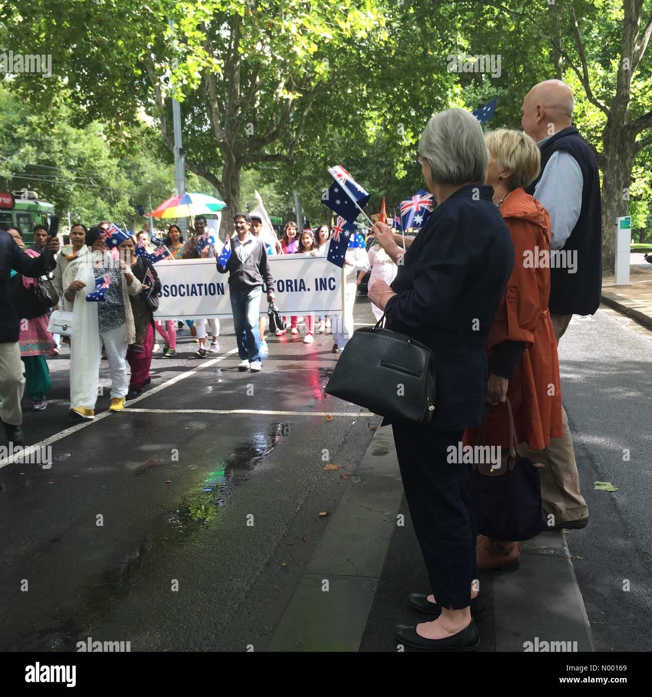 Arts Centre, Southbank VIC, Australie. 26 janvier, 2015. Personnes agitant des drapeaux de l'Australie et en regardant l'Australie Day Parade sur St Kilda Rd, Melbourne, Australie. Australian-Indian en tenant la communauté participant au défilé: Crédit Kerin Forstmanis/StockimoNews/Alamy Live News Banque D'Images