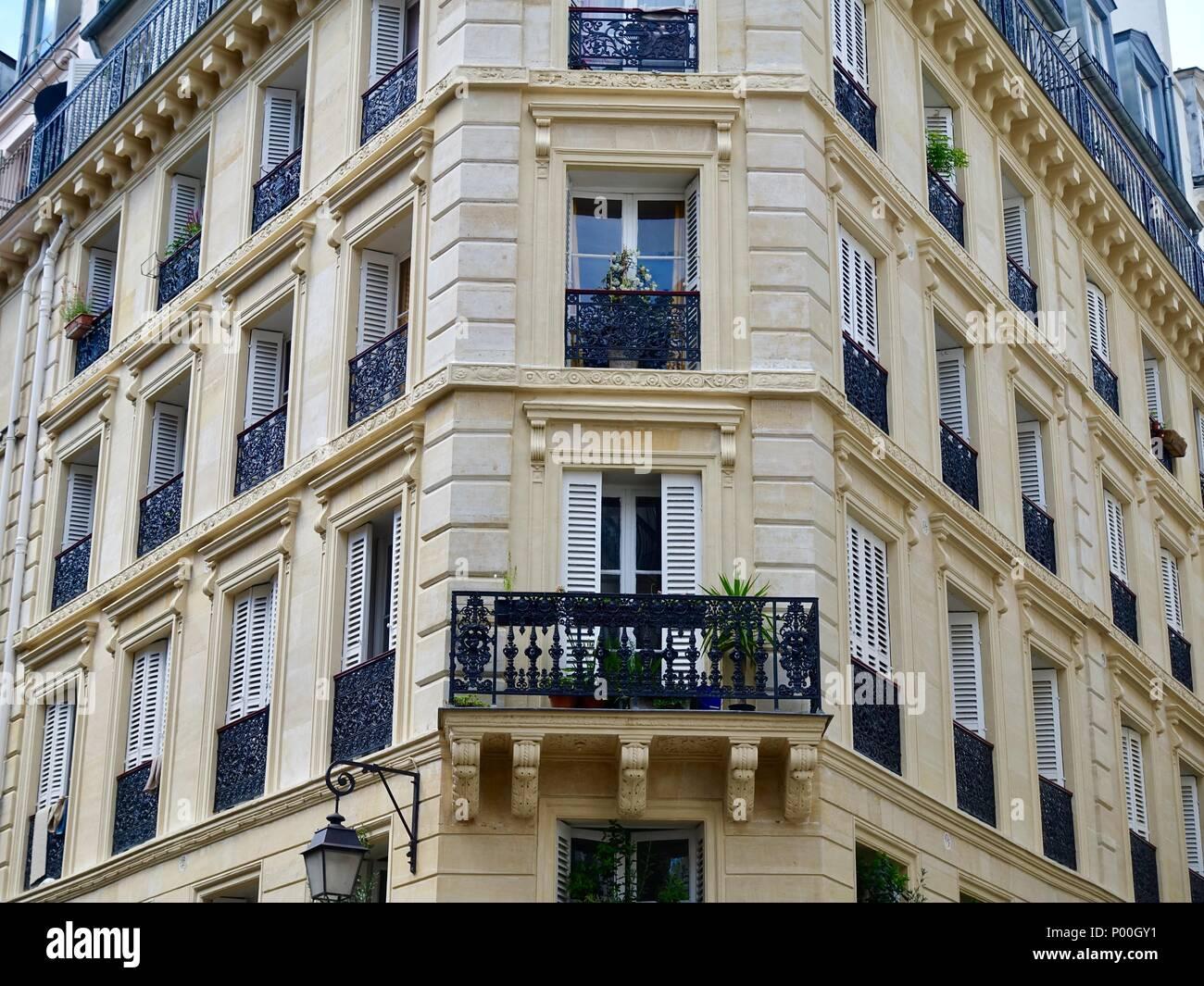 Balcon Et Fenêtres Sur Le Coin Dun Immeuble Haussmannien Typique