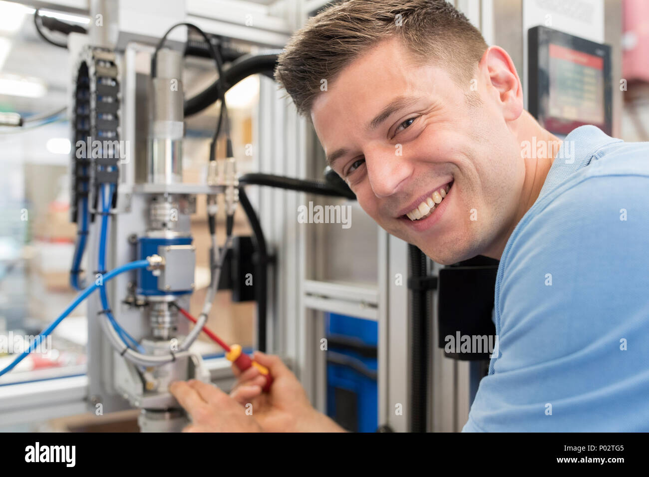 Portrait de femme ingénieur travaillant sur la machine en usine Photo Stock