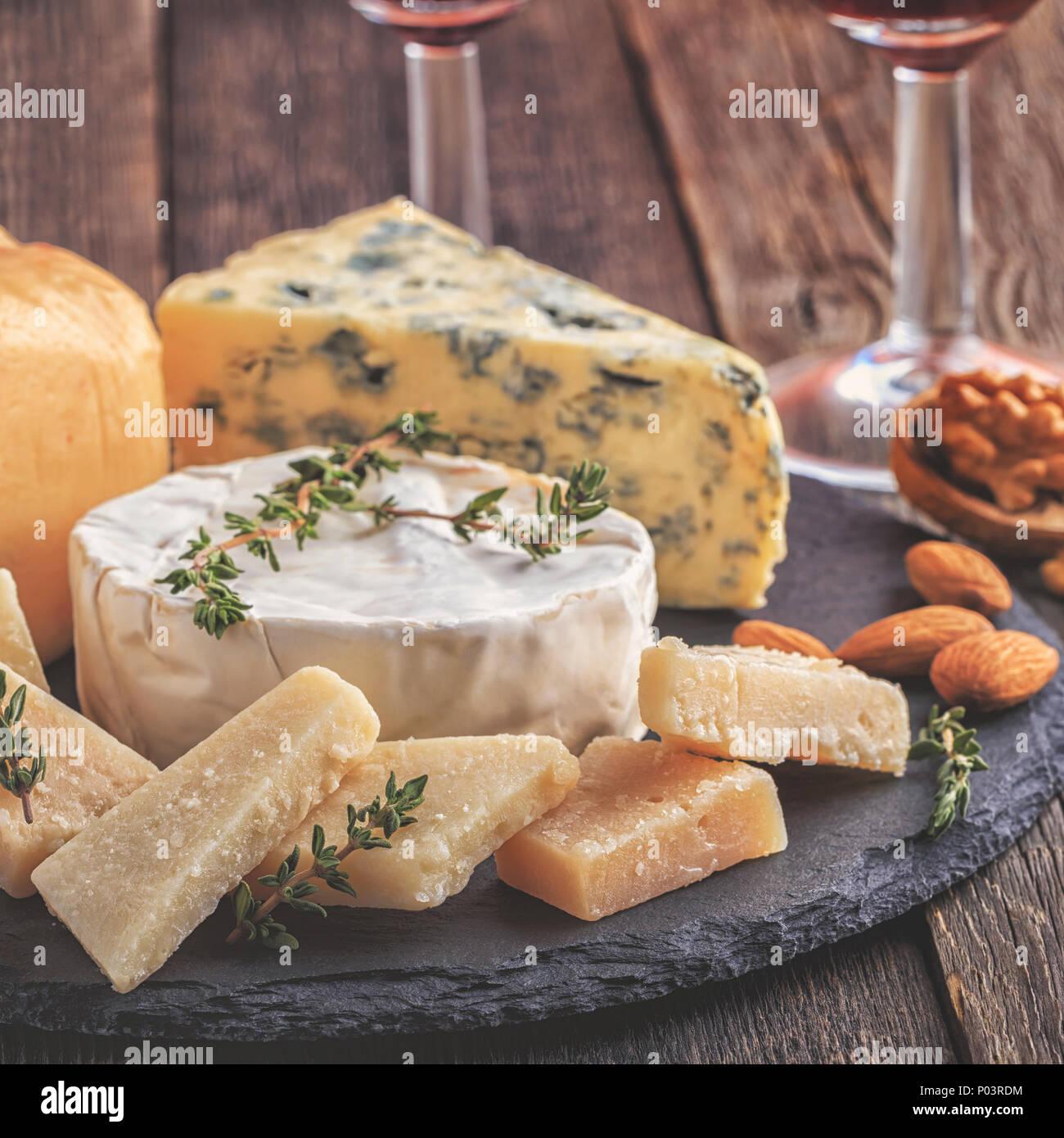 Le fromage, les noix, le miel et le vin rouge sur fond de bois, selective focus. Photo Stock