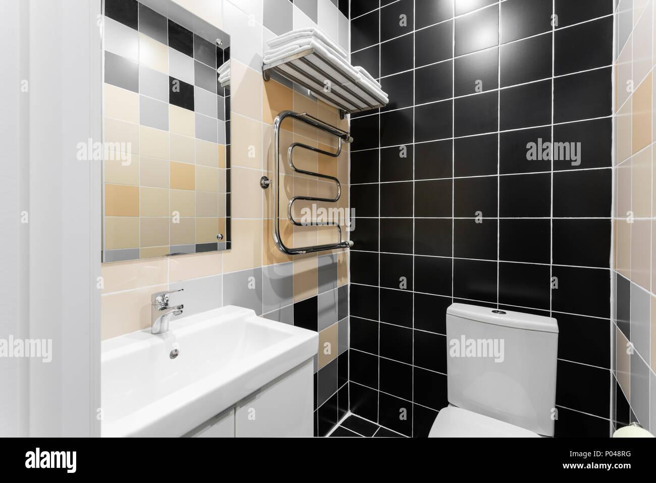 Salle de bains avec douche, toilettes et lavabo. Hôtel ...