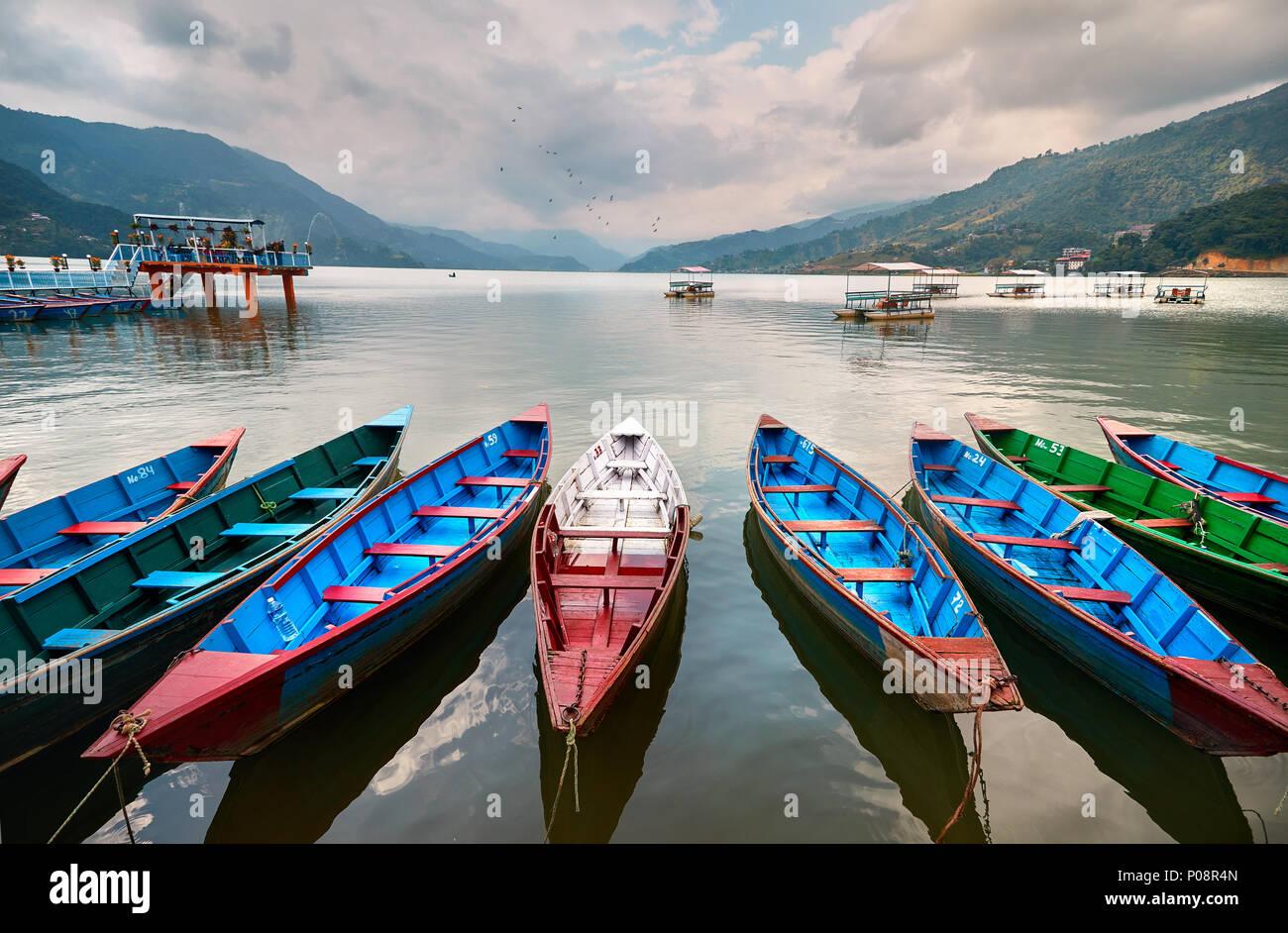Bateaux de couleur au bord du lac Phewa dans Pokhara, Népal. Photo Stock