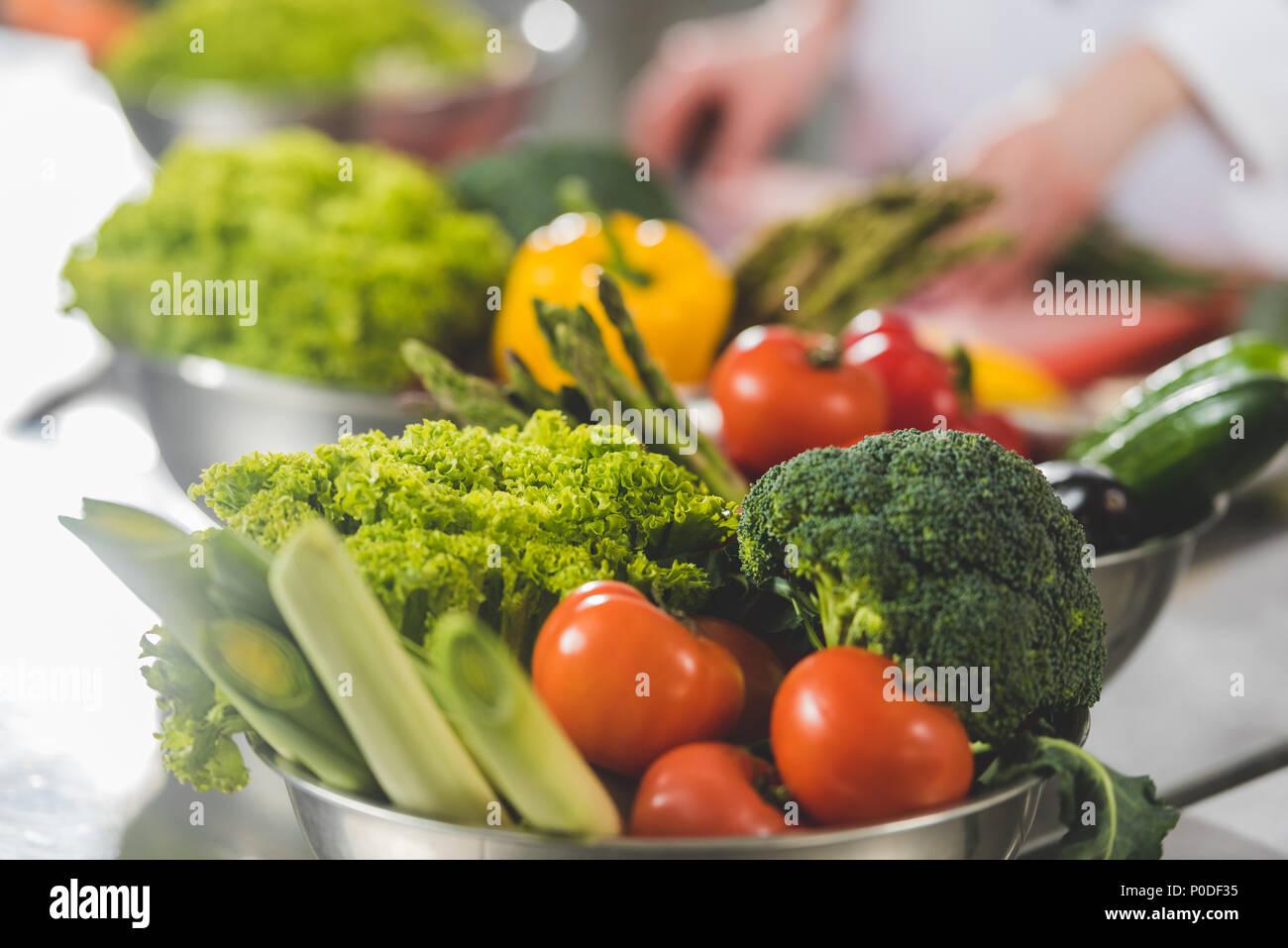 Portrait du chef de cuisine pour le restaurant cuisine avec légumes mûrs sur le premier plan Photo Stock
