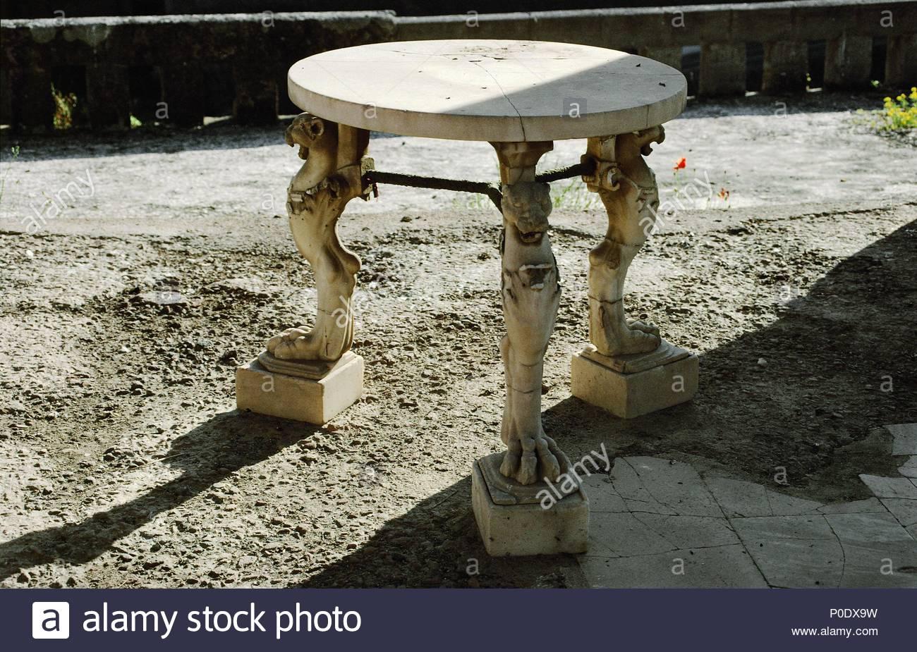 Petite table en marbre dans le jardin de la maison de l\'Cerfs ...