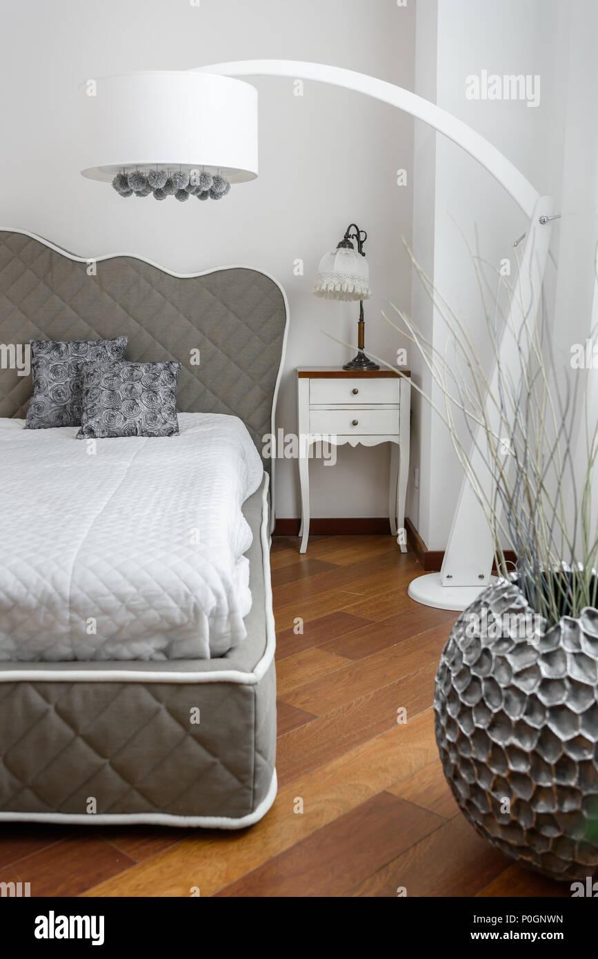 Lu0027intérieur De Chambre à Coucher En Couleur Gris Avec Lampe Moderne