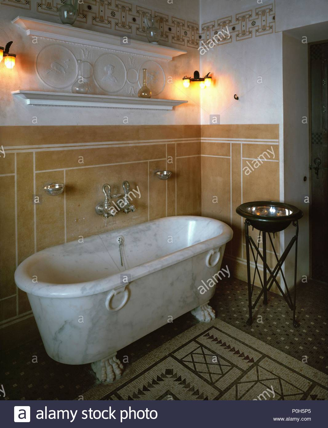 bain d'invité avec une baignoire en marbre de la villa kérylos