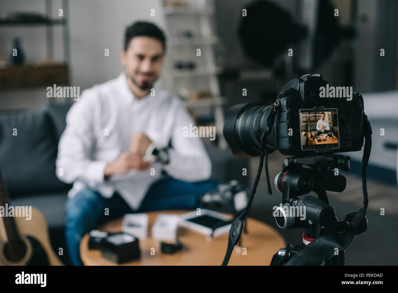 Blogger technologie smart watch nouvelle portant sur le premier plan avec l'appareil photo Photo Stock