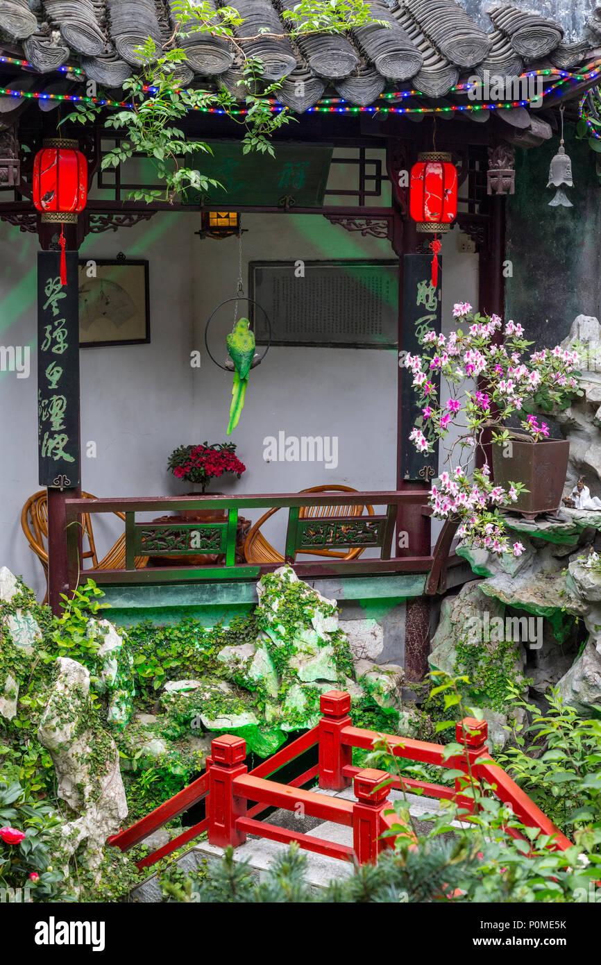 Yangzhou, Jiangsu, Chine. Décorations dans un petit jardin chinois ...