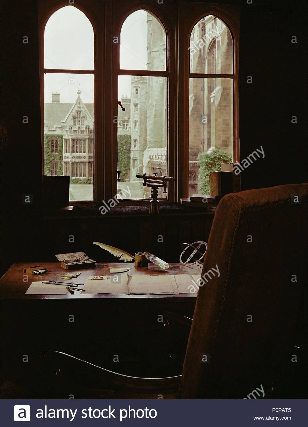 L\'étude de Sir Isaac Newton à Trinity College, Cambridge. son bureau ...