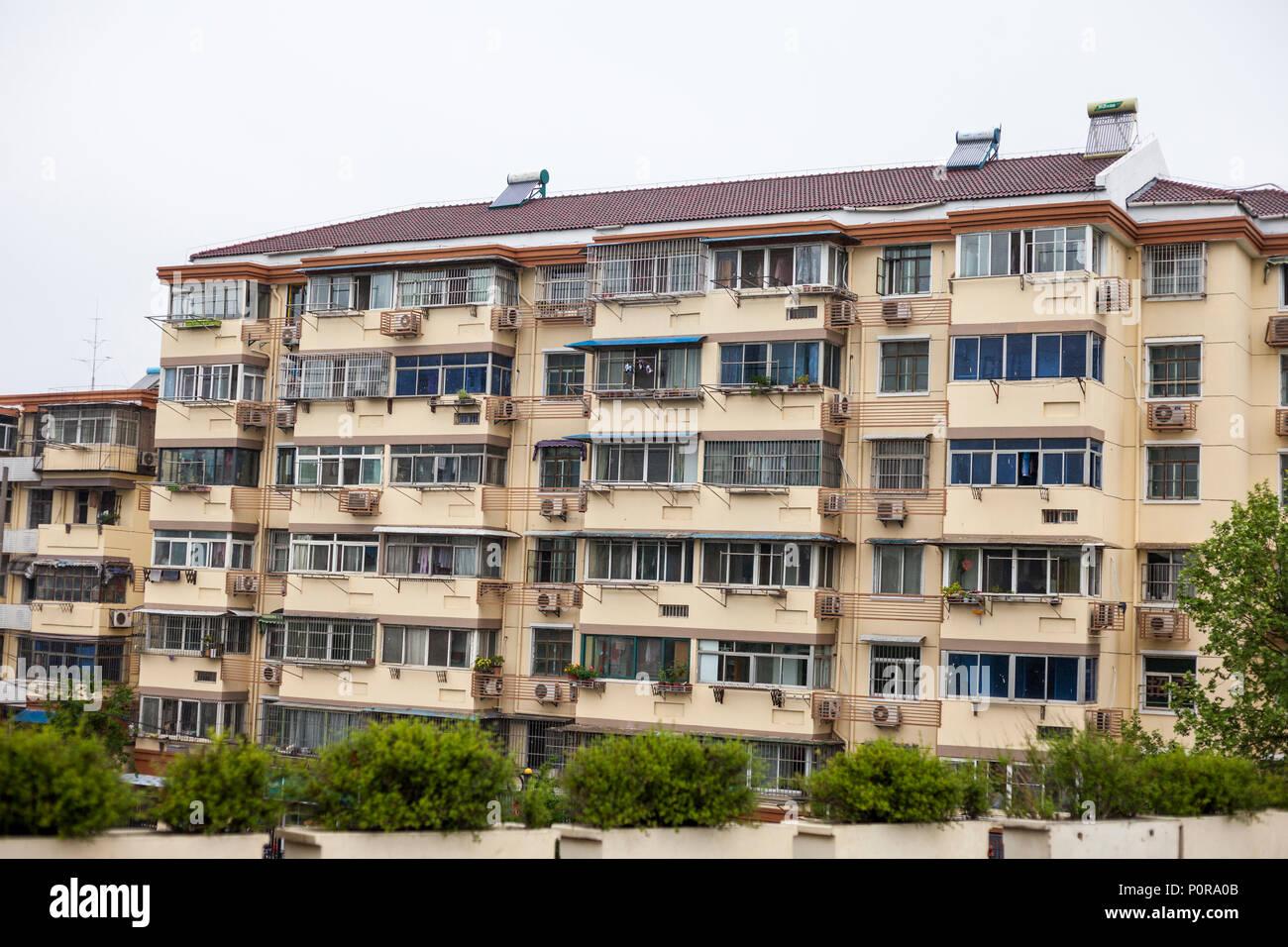 Nanjing, Jiangsu, Chine. Immeuble à appartements Climatiseurs individuels pour chaque appartement. Remarque Chauffe eau solaire sur le toit. Photo Stock