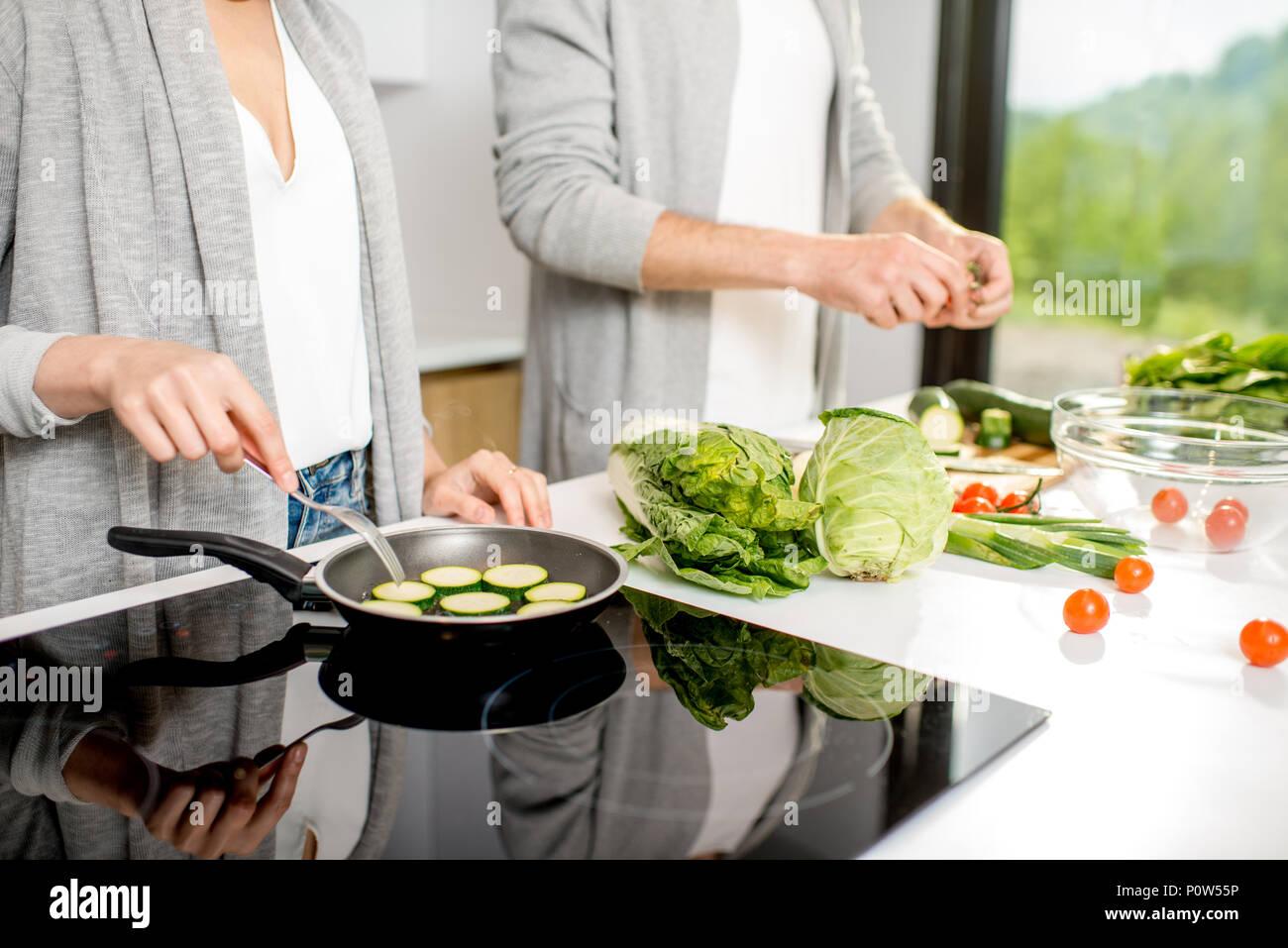 La cuisson des aliments végétariens Photo Stock