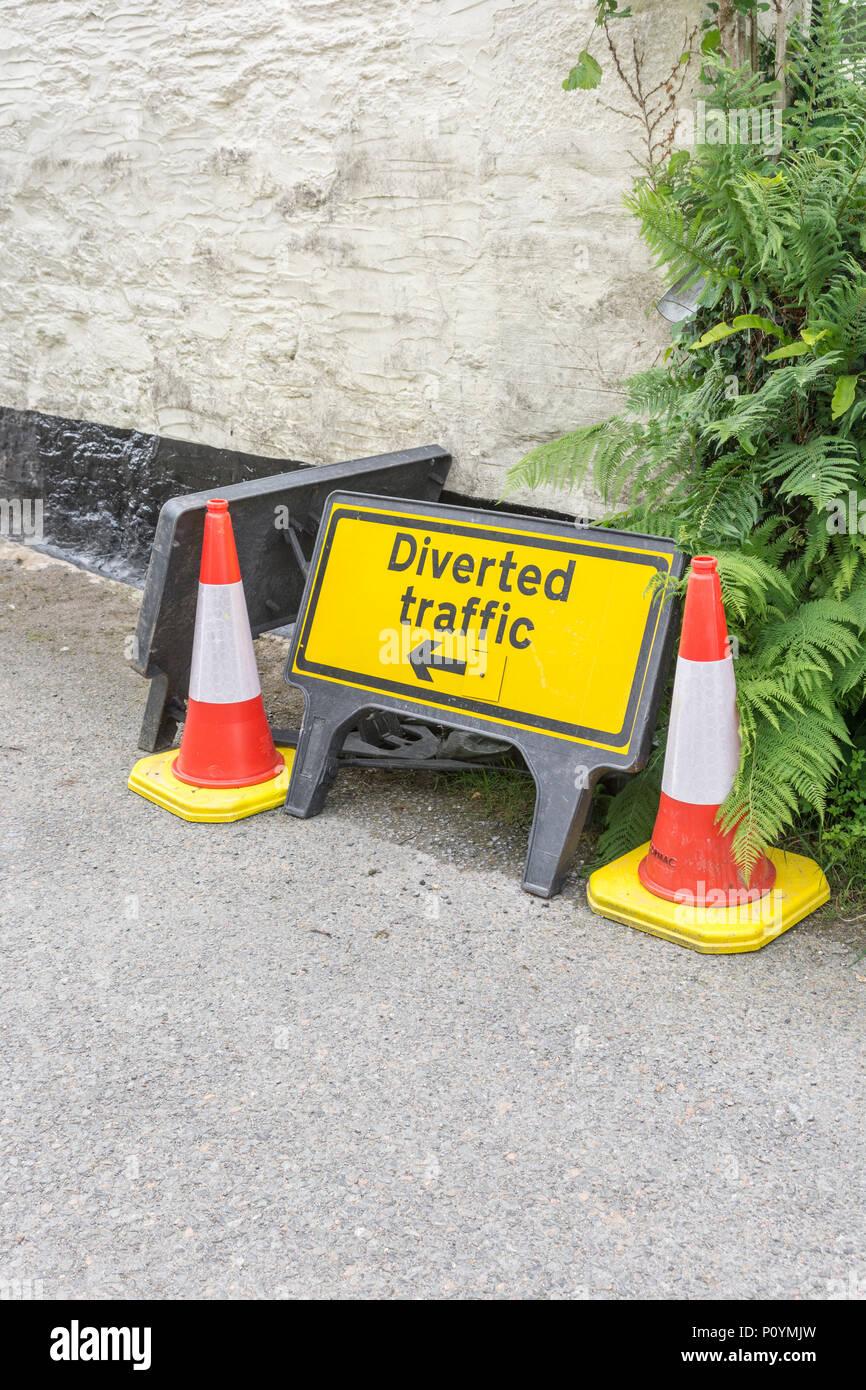 'Djaune iverted Traffic' sign - métaphore de la perte de données, les autres itinéraires, les retards, les travaux routiers, l'entretien des routes,road works UK. Photo Stock