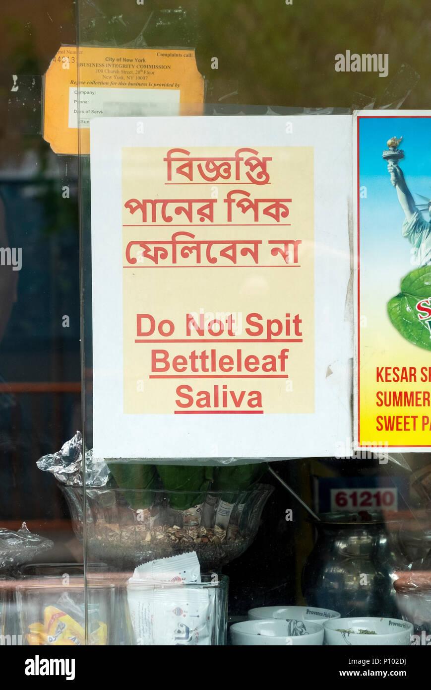 Å signer l'extérieur d'un restaurant à Jackson Heights, Queens demandant à ne pas cracher LA SALIVE BETTLELEAF Banque D'Images