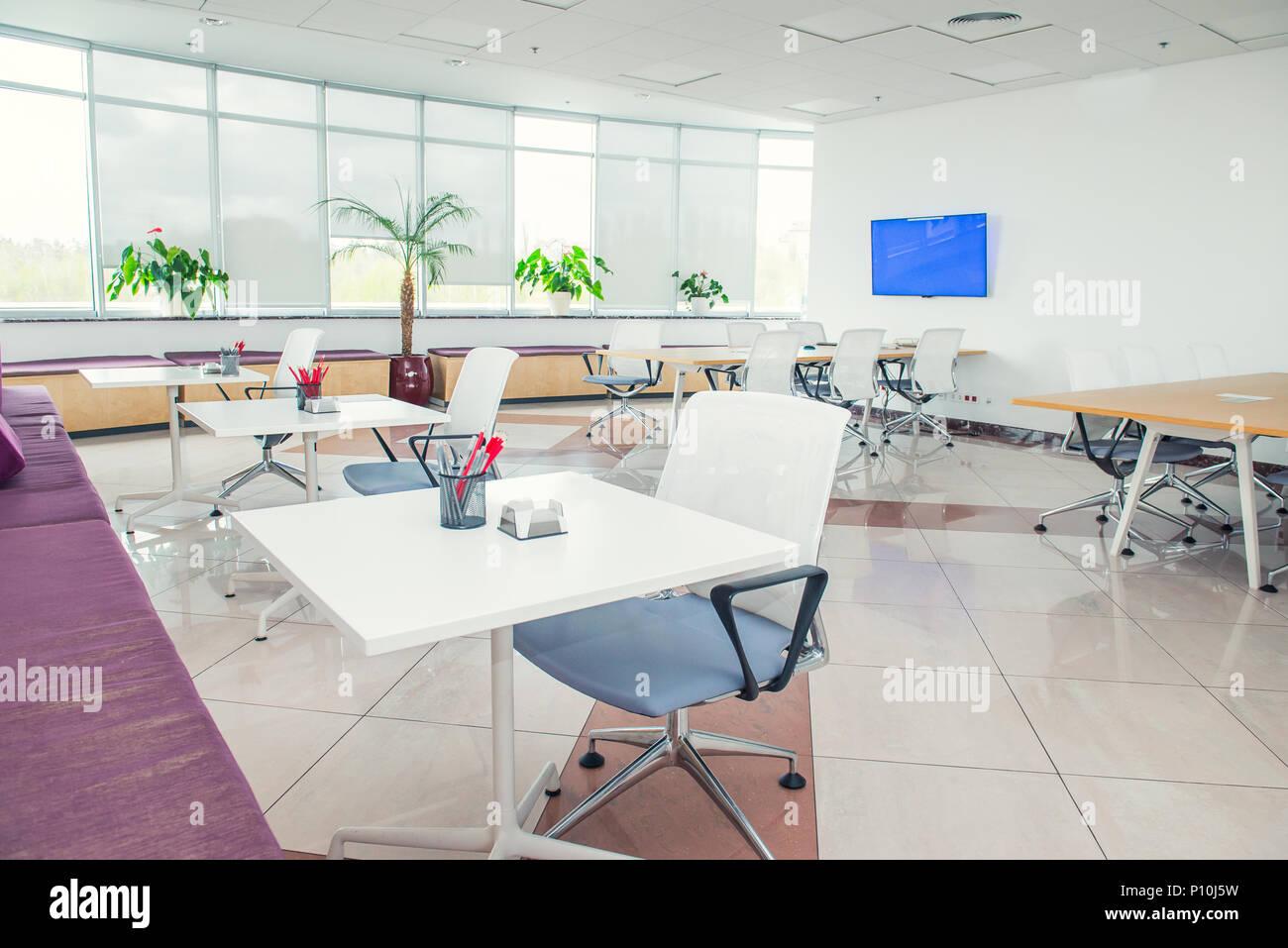 L intérieur de lumière moderne bureau open space vide avec de