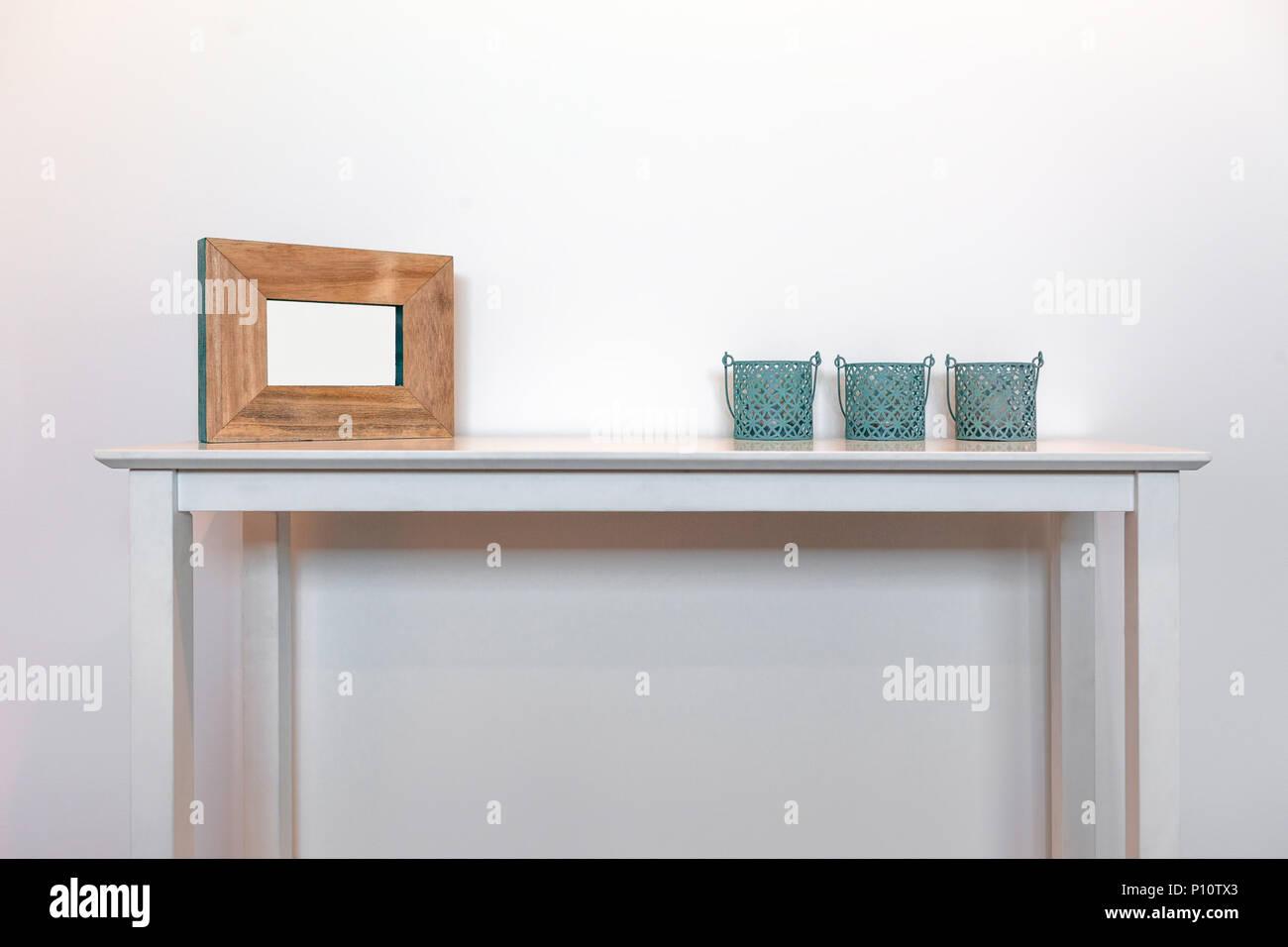 cadre photo vide avec trois supports de bougie décorative sur le