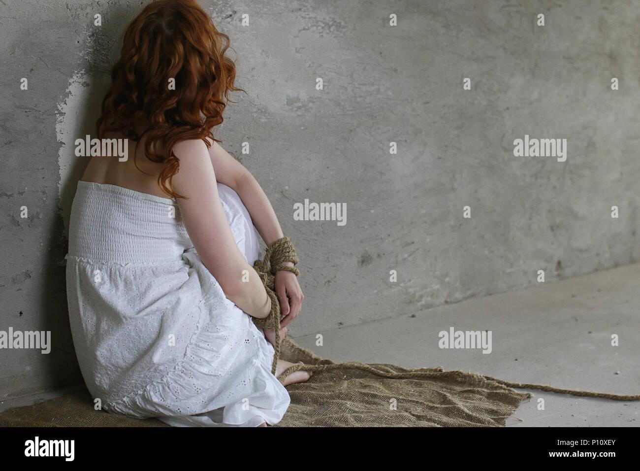 Fille Ligotée jeune fille ligotée sur le sol. la jeune fille enlevée. la victime