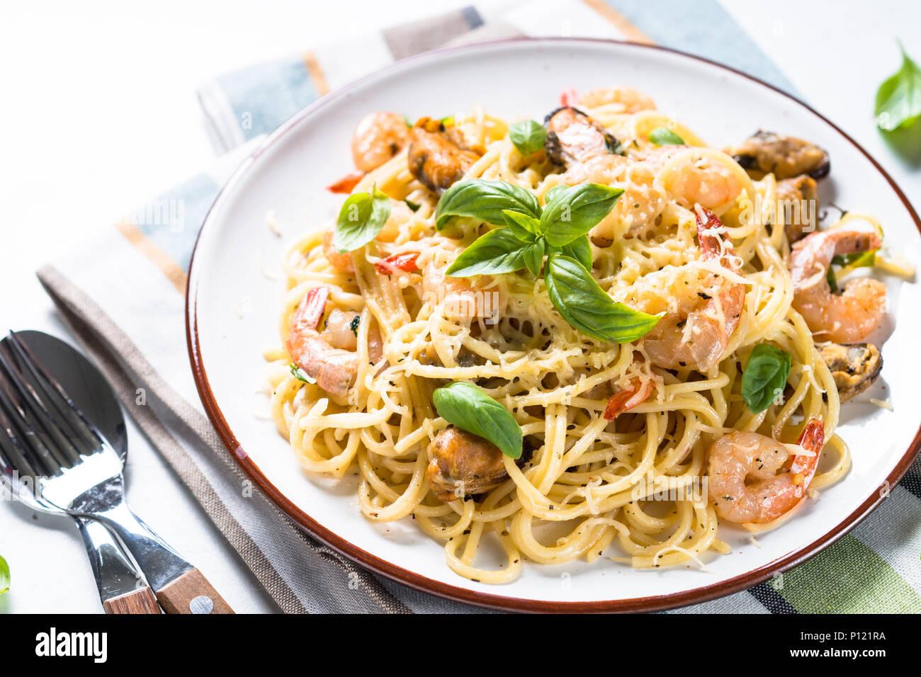 Spaghetti aux fruits de mer et pâtes sauce à la crème. Photo Stock