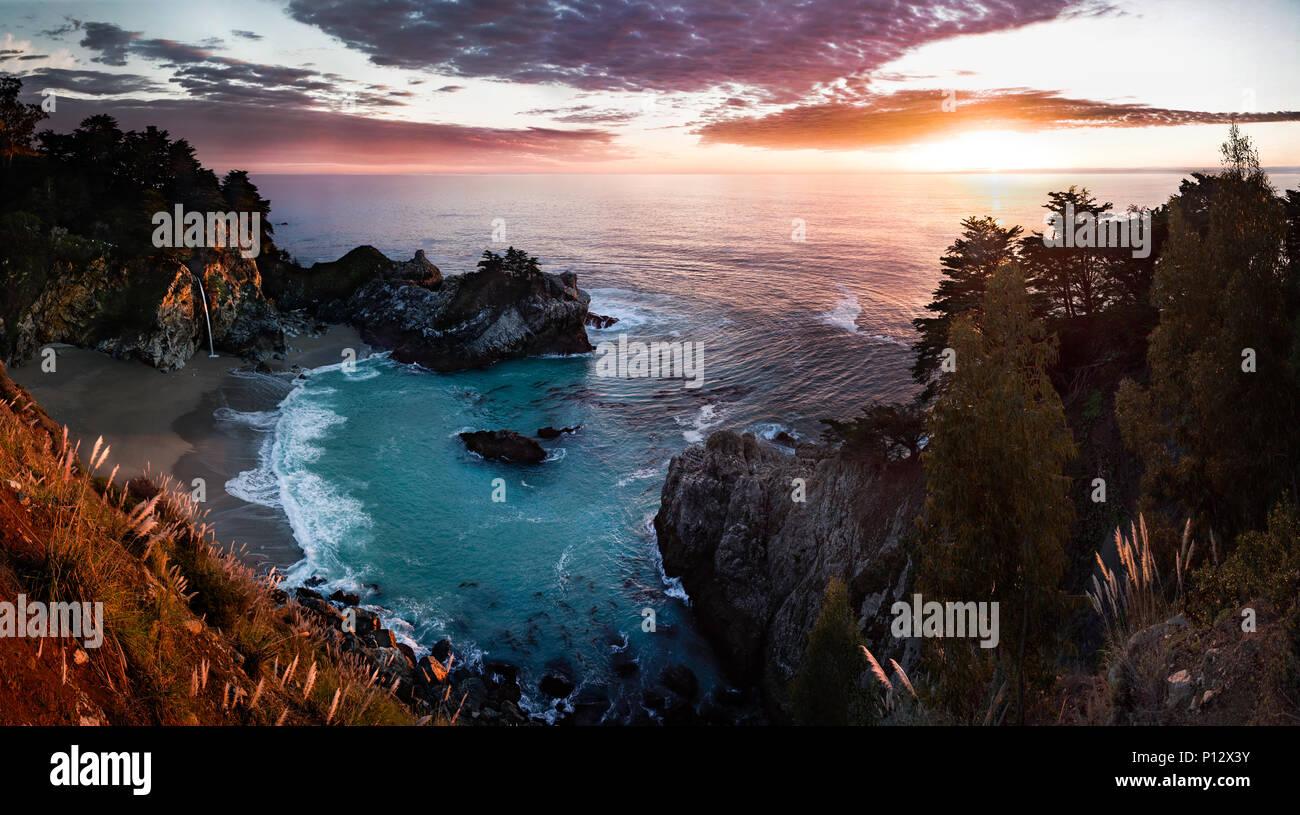 Coucher du soleil avec plage, Cove, forêt et cascade. McWay falls, Big Sur, Californie Photo Stock