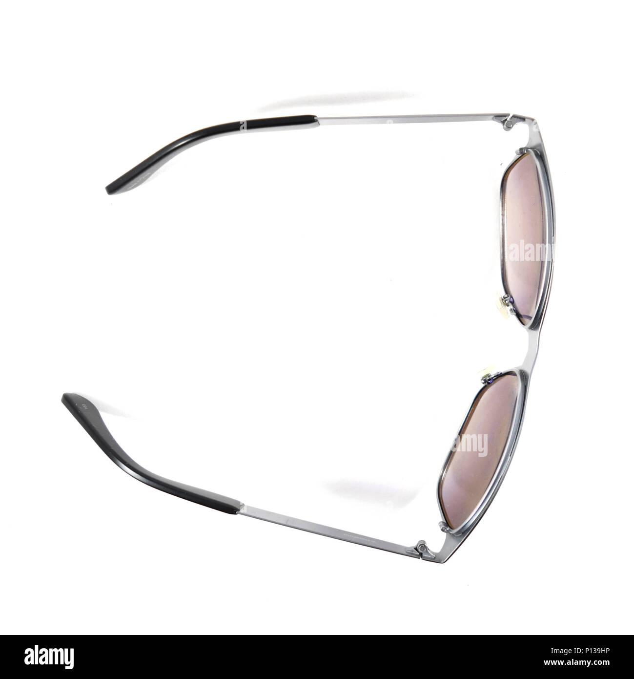 différemment expédition de baisse meilleur prix Une paire de lunettes de soleil polarisées - isolé Banque D ...