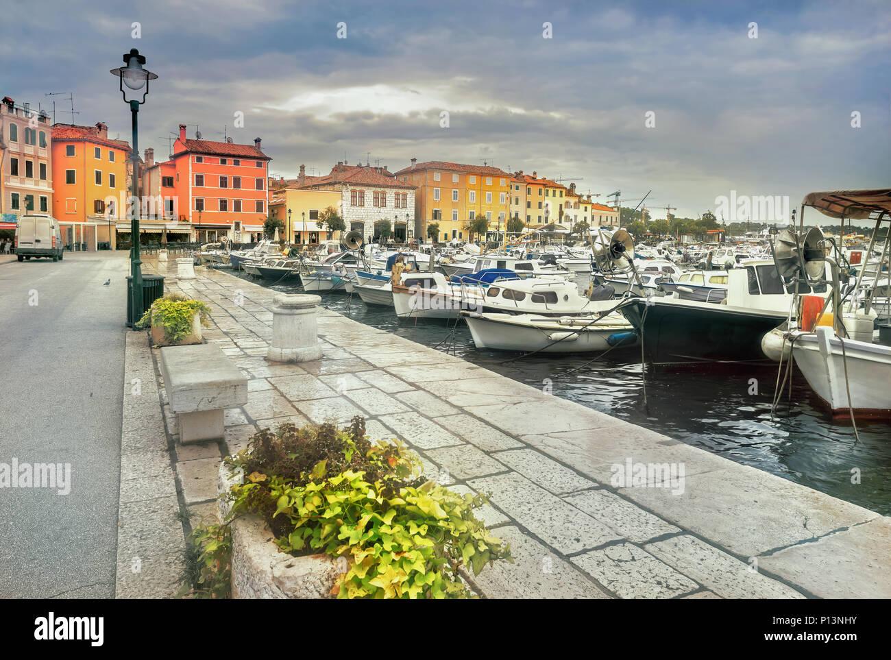 Vue urbaine avec front de mer et port de plaisance, dans la vieille ville de Rovinj. Croatie, péninsule d'Istrie, Europe Photo Stock