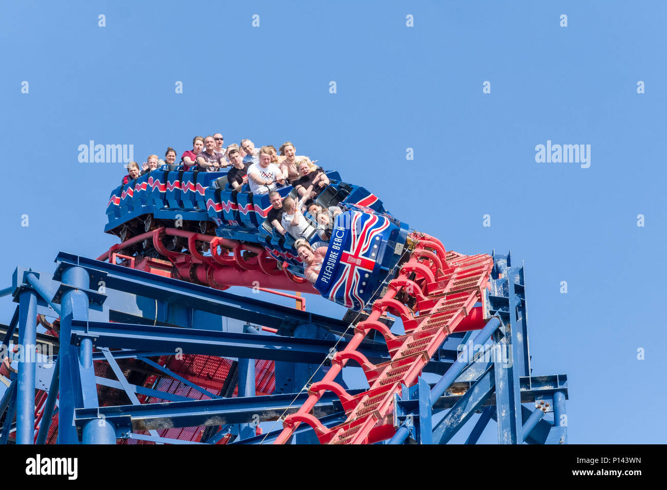 Les gens en haut de la grande montagne russe, Pleasure Beach Blackpool, Lancashire, England, UK Photo Stock