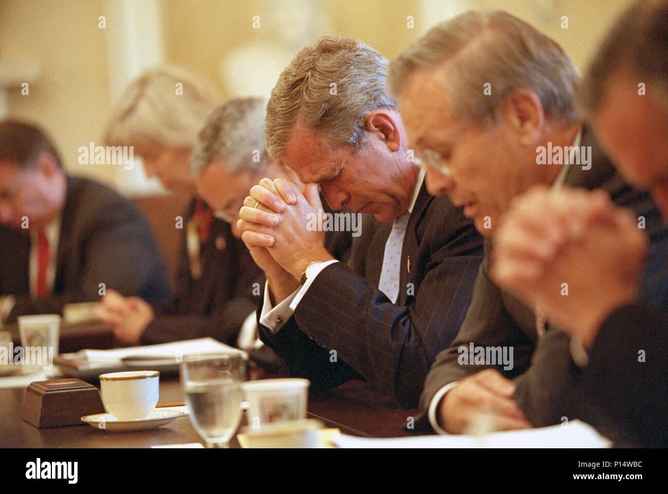 Dans la prière dirigée par le ministre de la Défense Donald ...