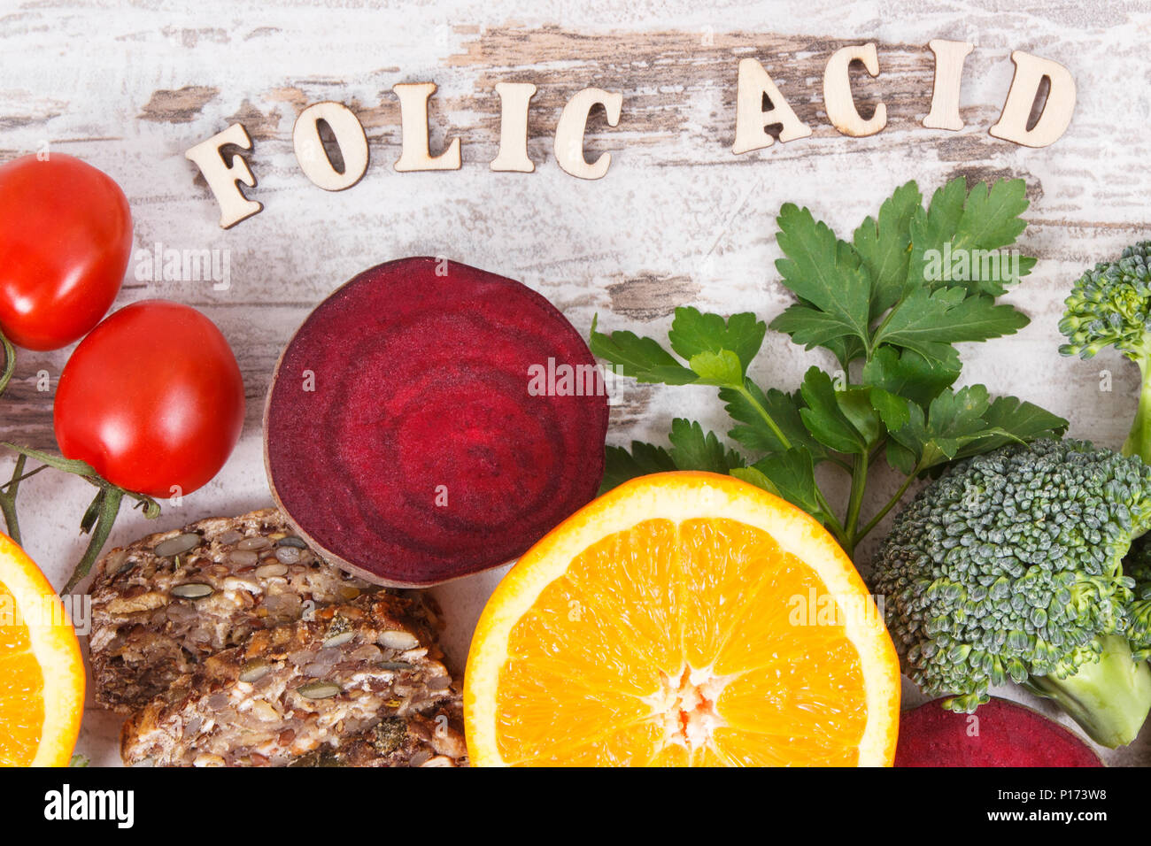 L'inscription de l'acide folique des aliments nutritifs produits contenant de la vitamine B9, les sources naturelles de minéraux et d'acide folique, la nutrition saine notion Photo Stock