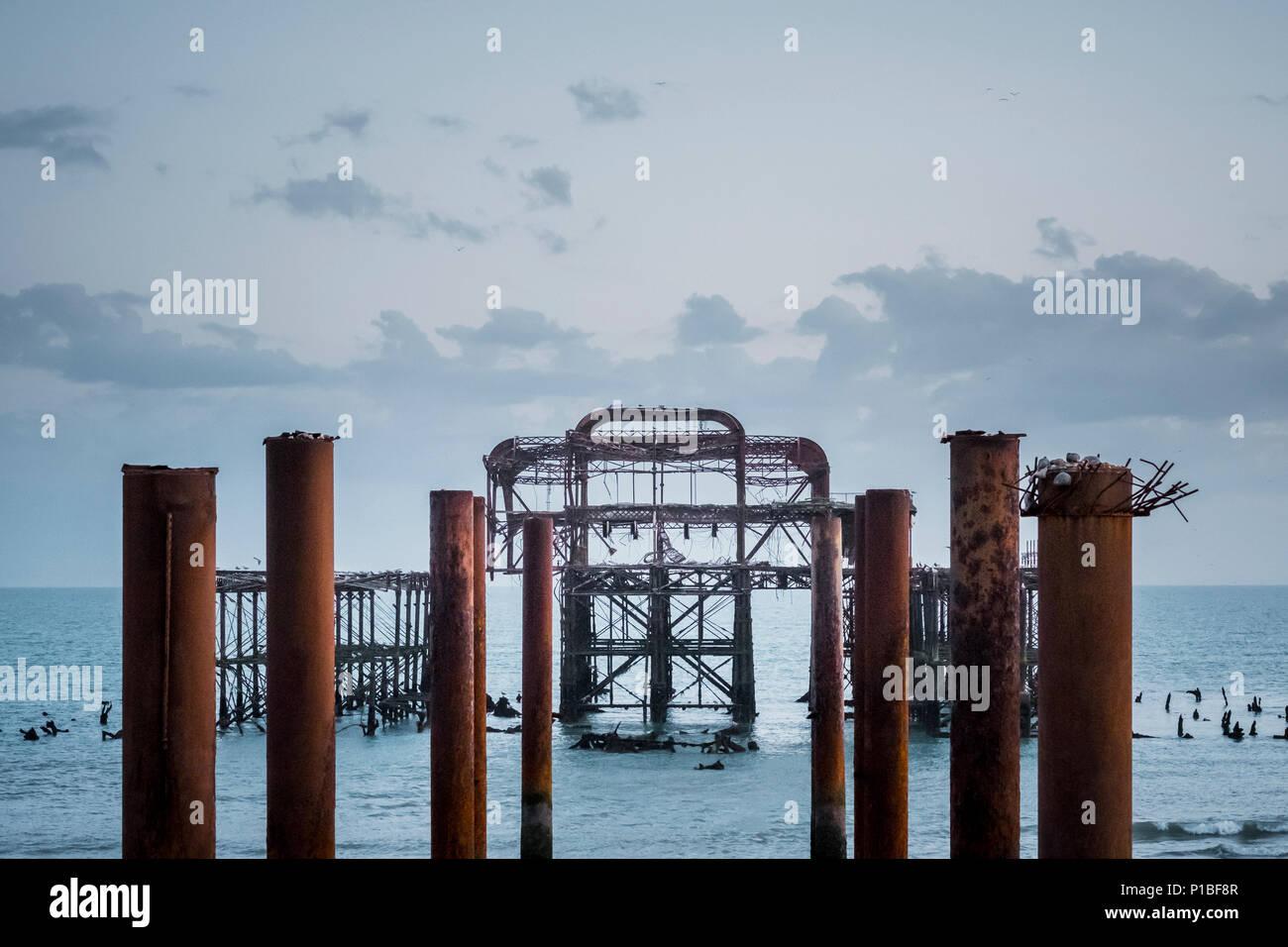 Jetée ouest brûlé par la mer, Brighton, Angleterre Banque D'Images