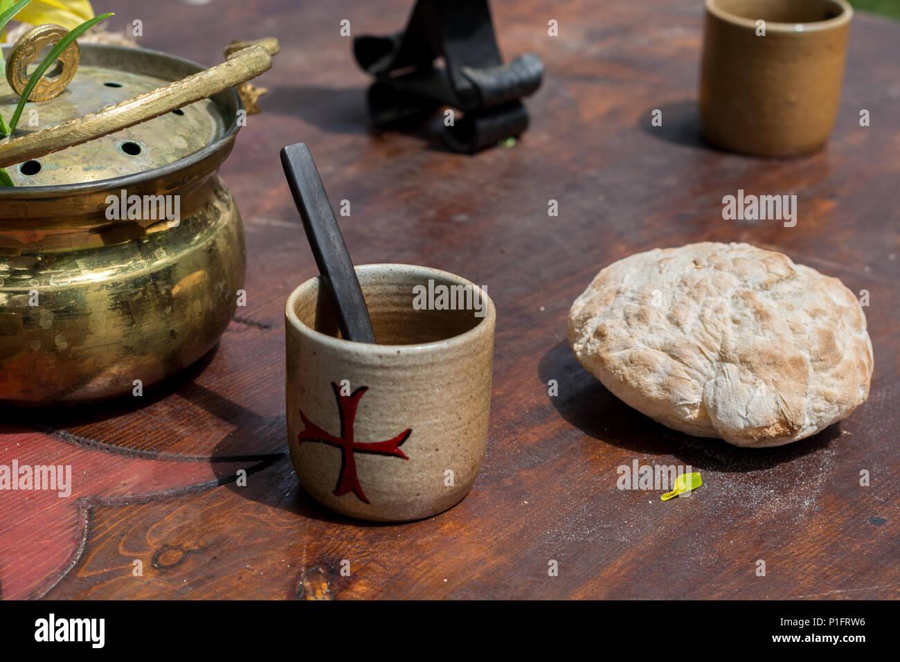 Cité médiévale du pain et tasse pour boire sur le vieux bureau en