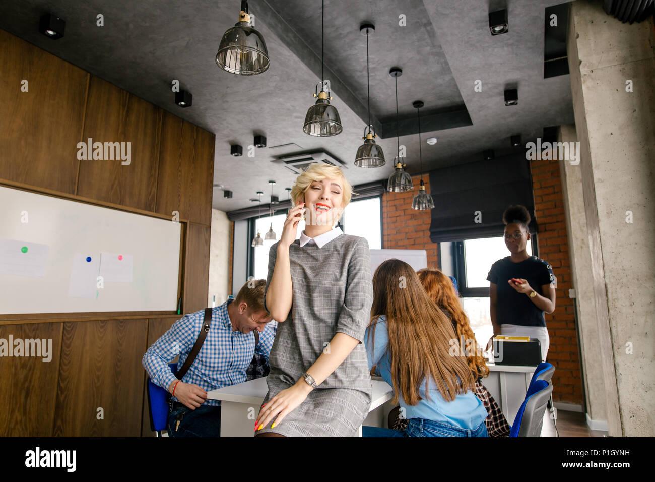 Concept de liens benefitial. Jeune blonde est communion avec ses collègues Photo Stock