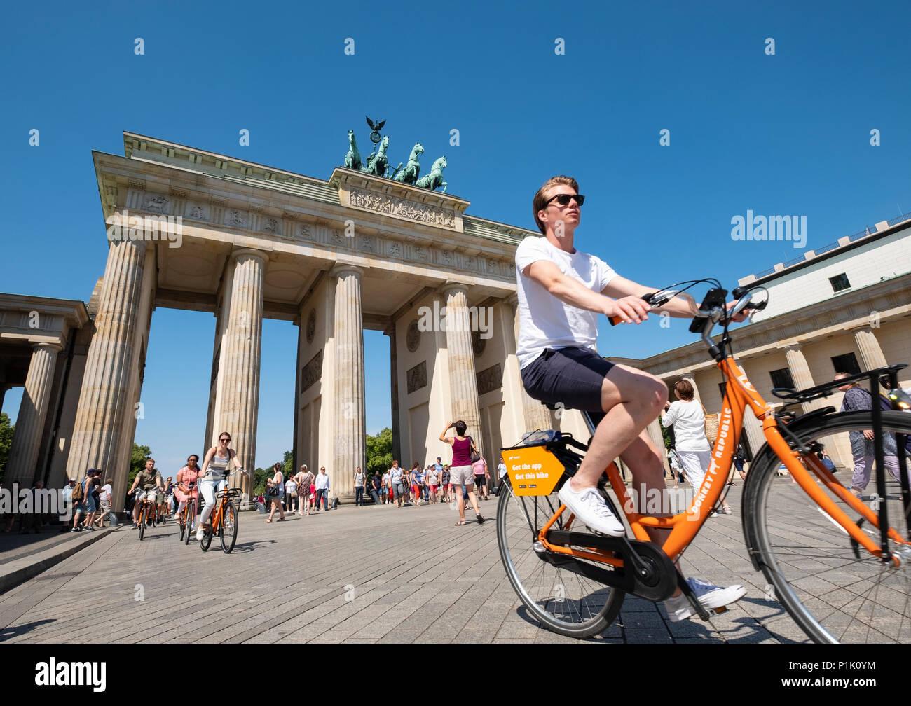 Les touristes à vélo (en face de la porte de Brandebourg à Berlin, Allemagne Photo Stock