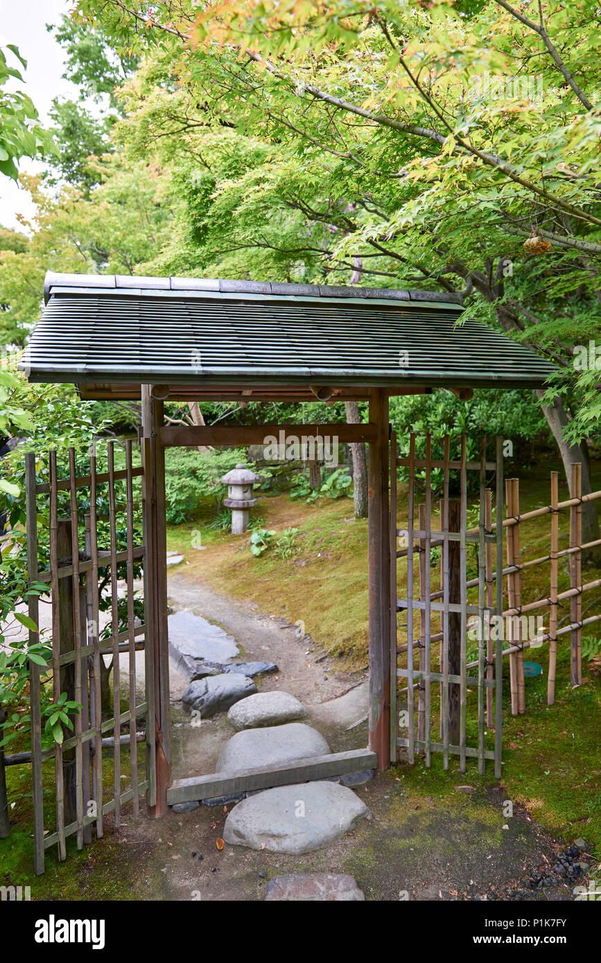 Une barrière en bois et bambou clôture dans un jardin ...