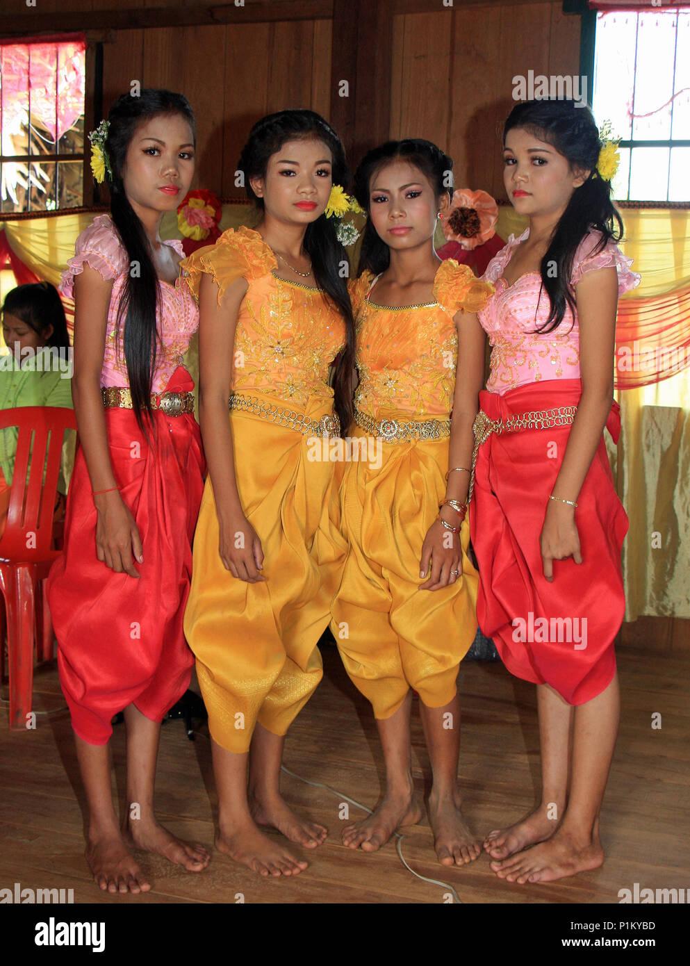 Quatre belles filles à un mariage cambodgien portant des