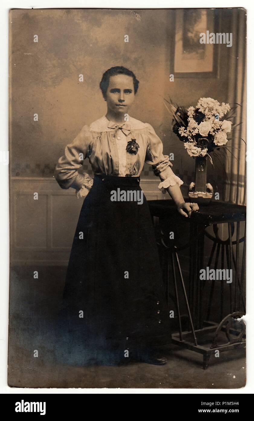 la r publique tch coslovaque vers 1920 vintage photo montre femme porte une l gante robe. Black Bedroom Furniture Sets. Home Design Ideas