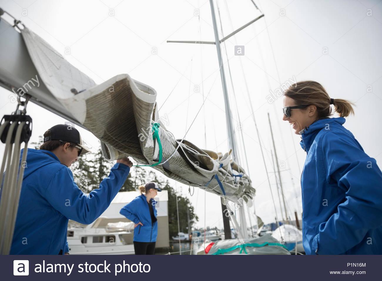 La préparation de l'équipe de voile sail on sailboat Photo Stock