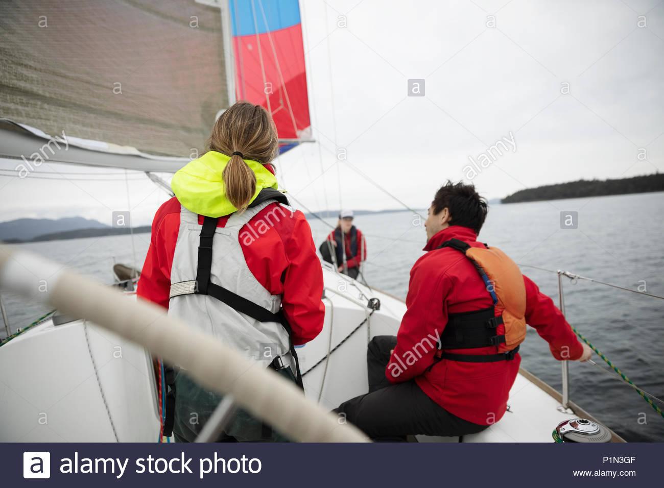 Formation de l'équipe de voile sur voilier sur l'ocean Photo Stock