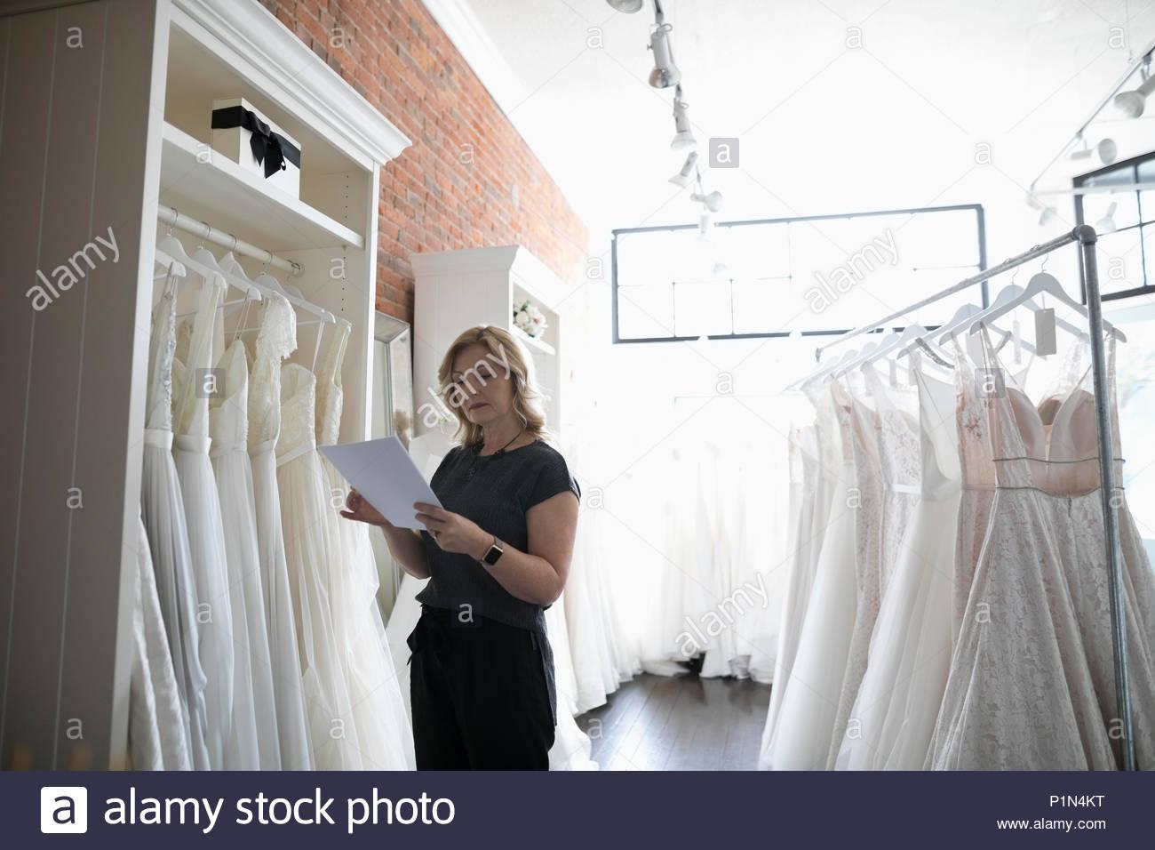 Propriétaire de boutique de la mariée robe de mariage contrôle de l'inventaire Photo Stock