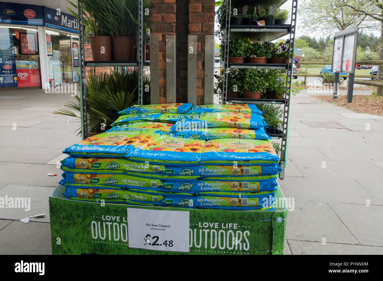 Certains paquets de Gro-vous que toutes les fins du compost pour vente empilées en face de certaines plantes à l'extérieur d'un supermarché au Royaume-Uni Photo Stock