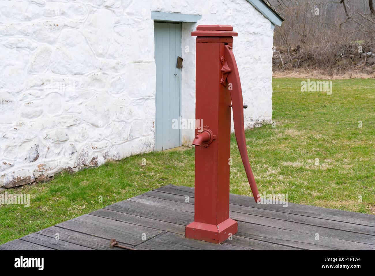 ancienne pompe de puits d 39 eau manuelle rouge banque d. Black Bedroom Furniture Sets. Home Design Ideas