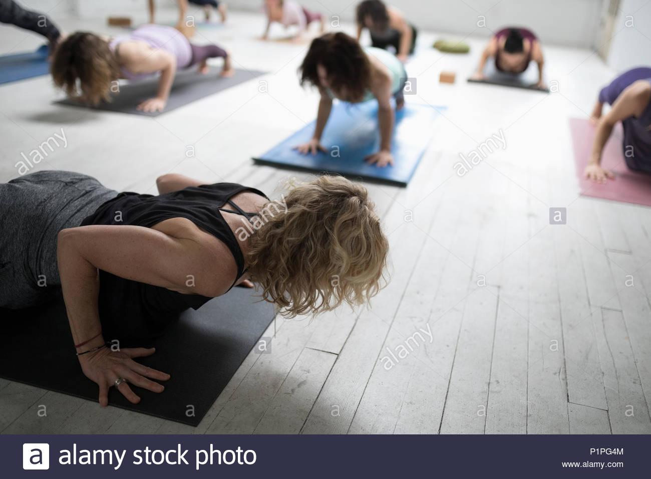 Les femmes pratiquant le yoga planche en yoga class Photo Stock