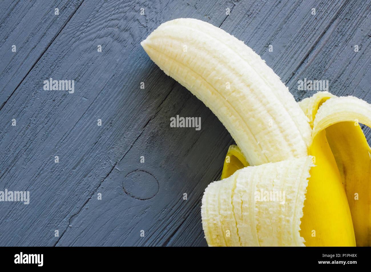 Banane pelées sur tableau bleu avec espace pour copier Photo Stock