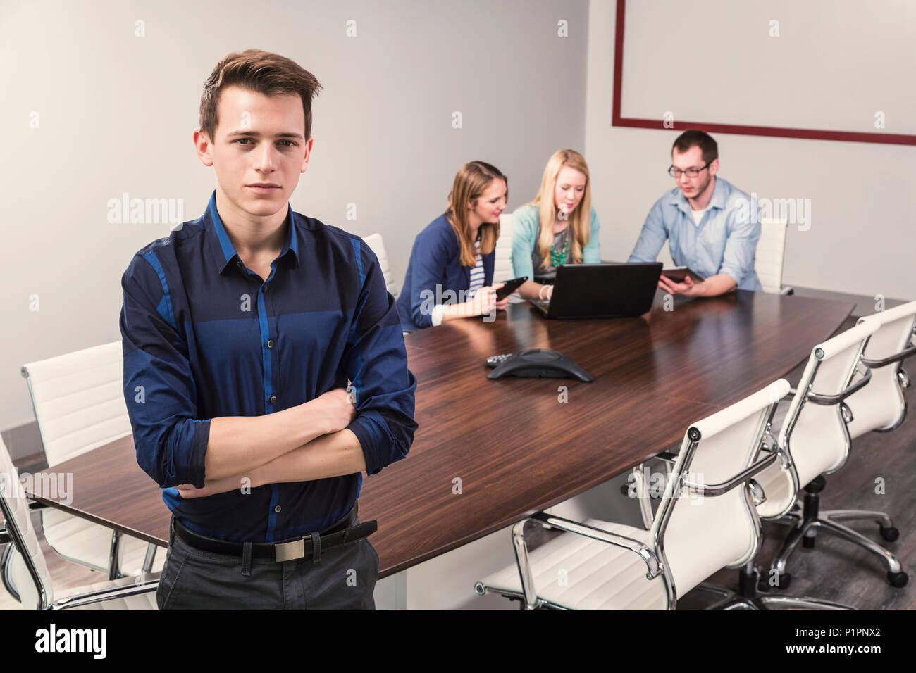 Les jeunes entreprises millénaire professionnels qui travaillent ensemble dans une salle de conférence dans un hôtel d'affaires moderne de haute technologie, à Sherwood Park, Alberta, Canada Photo Stock