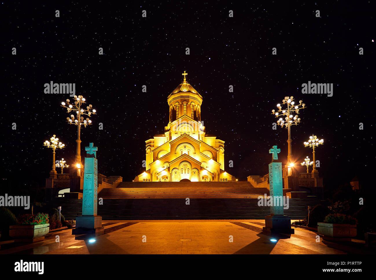 La Sainte Trinité cathédrale ou église Tsminda Sameba de nuit à Tbilissi, Géorgie Photo Stock