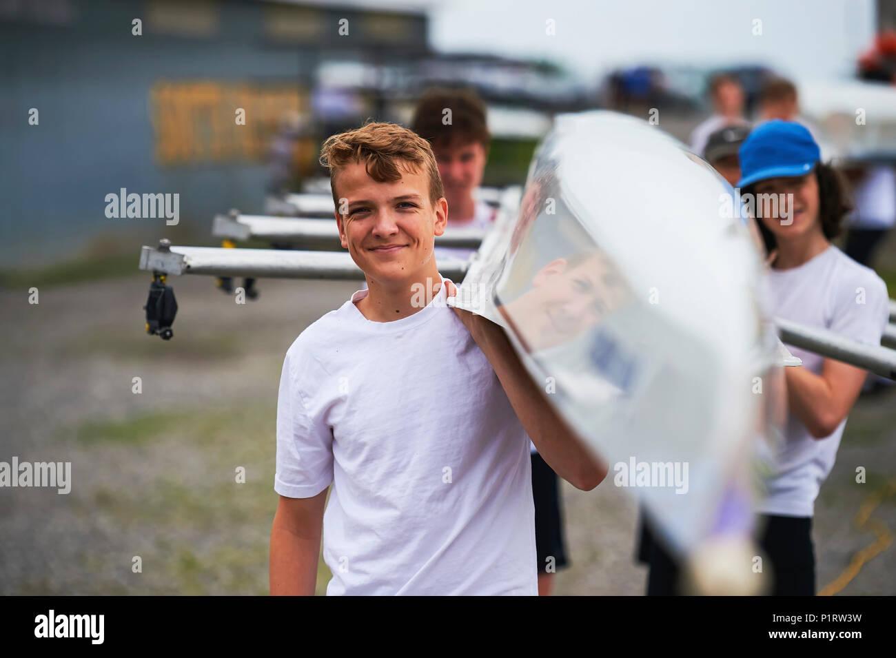 Quad Hommes junior du Club de bateau de Hanlan portant un voile; Toronto, Ontario, Canada Photo Stock