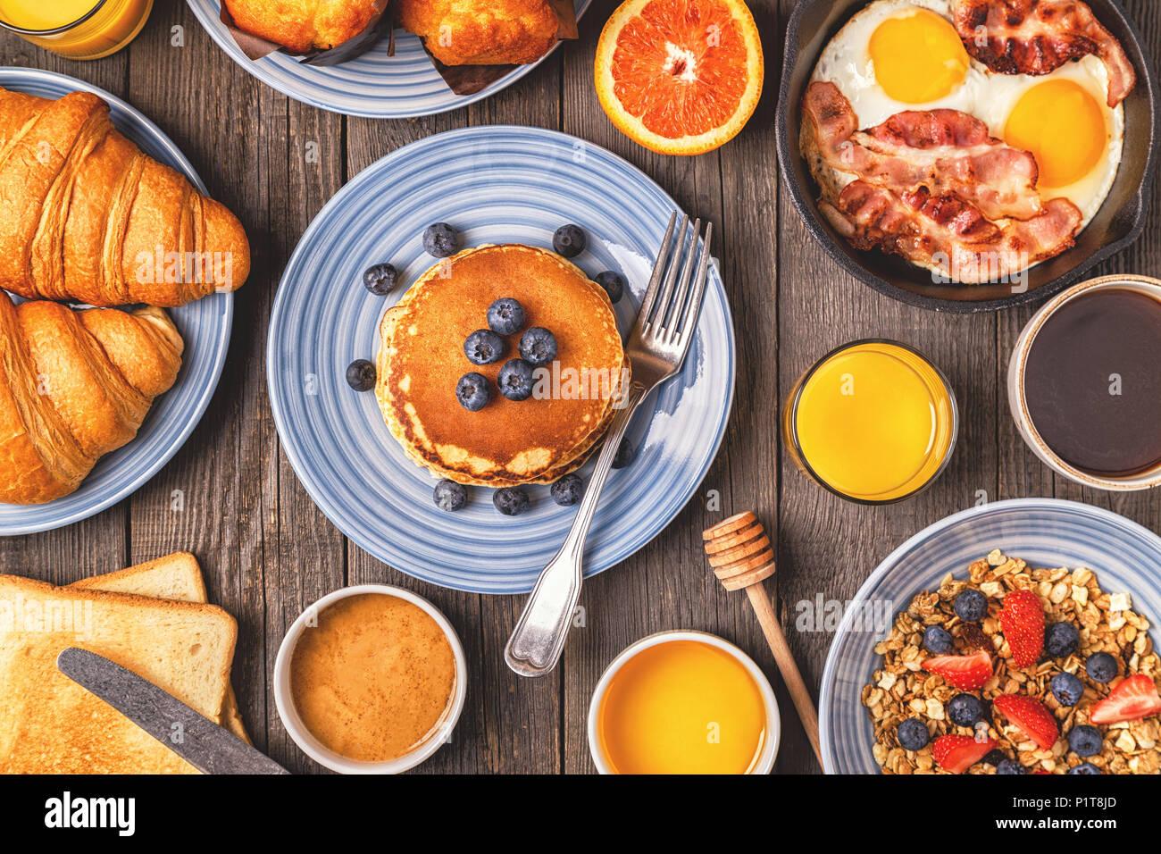 Délicieux petit-déjeuner sur une table rustique. Vue de dessus, copiez  l espace. 20b9ec364349