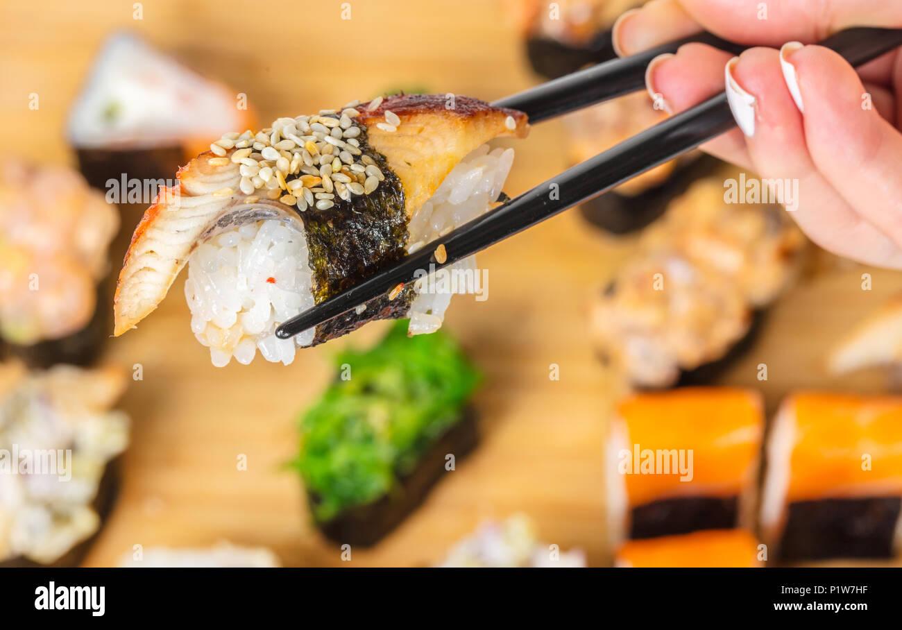 La nourriture japonaise, des bâtons garder avec eel sushi Photo Stock